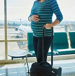 Ben ik verzekerd als ik zwanger op reis naar het buitenland ga?